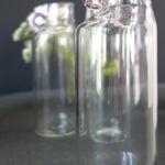 Soliflore en verre et anse colorée.